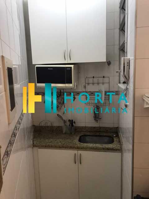 7f416939-88cf-4279-b4ca-072532 - Apto conjugado, dividido em quarto e sala, cozinha com espaço para geladeira, banheiro com box blindex e máquina de lavar. Imóvel reformado, com ventiladores de teto, cama, fogao micro ondas, geladeira, cama de casal e televisão. Excelente localização, - CPKI10449 - 13