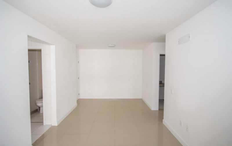 05_Sala-com-piso-em-porcelanat - 2 quartos na Barra da Tijuca - Ilha Pura - PMAP20120 - 7