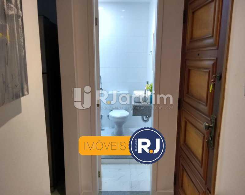 entrada social / banheiro 2 - Apartamento Humaitá 2 Quartos - LAAP21146 - 12