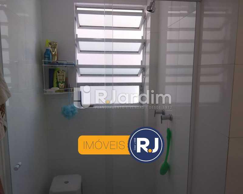 banheiro / ventilação natural - Apartamento Humaitá 2 Quartos - LAAP21146 - 16
