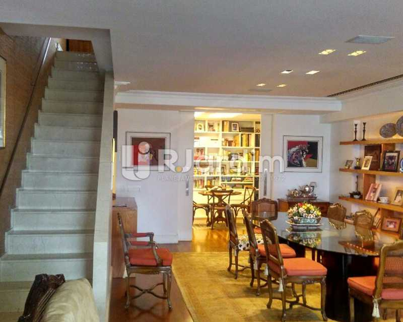 Living 1º piso - Sofisticadíssima Cobertura 500 m² no mais completo e cobiçado condomínio da Lagoa - LACO50030 - 5