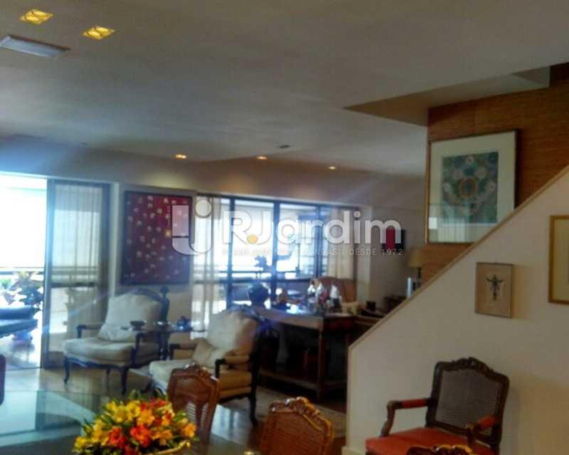 Living 1º piso - Sofisticadíssima Cobertura 500 m² no mais completo e cobiçado condomínio da Lagoa - LACO50030 - 1