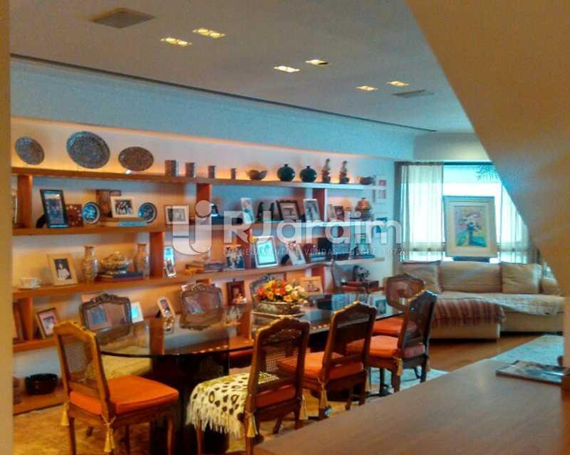 Living 1º piso - Sofisticadíssima Cobertura 500 m² no mais completo e cobiçado condomínio da Lagoa - LACO50030 - 3