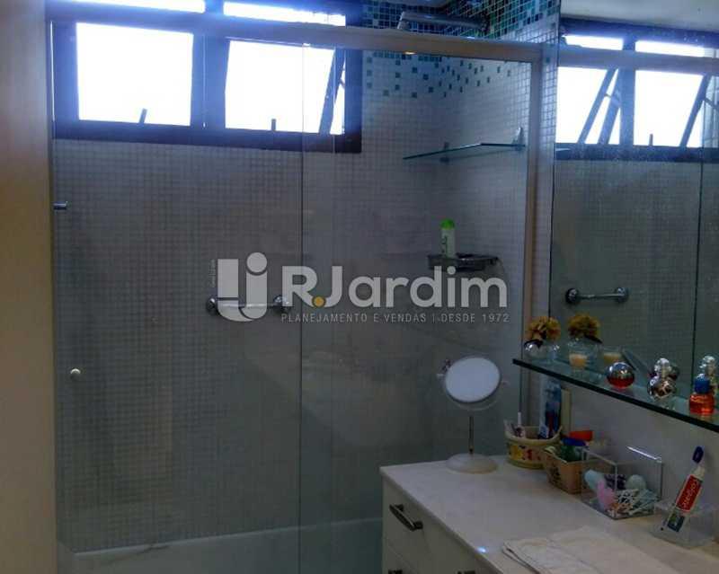 Banheiro Suíte 1º piso - Sofisticadíssima Cobertura 500 m² no mais completo e cobiçado condomínio da Lagoa - LACO50030 - 10