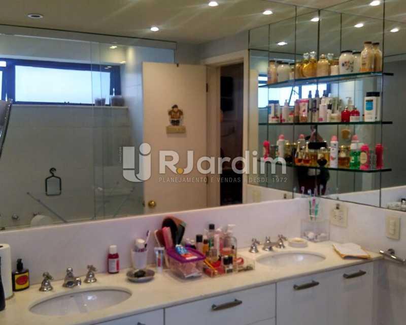 Banheiro suíte Master 1º piso - Sofisticadíssima Cobertura 500 m² no mais completo e cobiçado condomínio da Lagoa - LACO50030 - 14