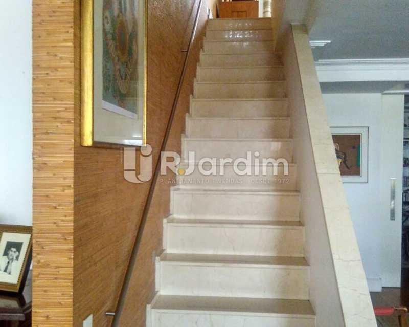 Escada para 2º piso - Sofisticadíssima Cobertura 500 m² no mais completo e cobiçado condomínio da Lagoa - LACO50030 - 15