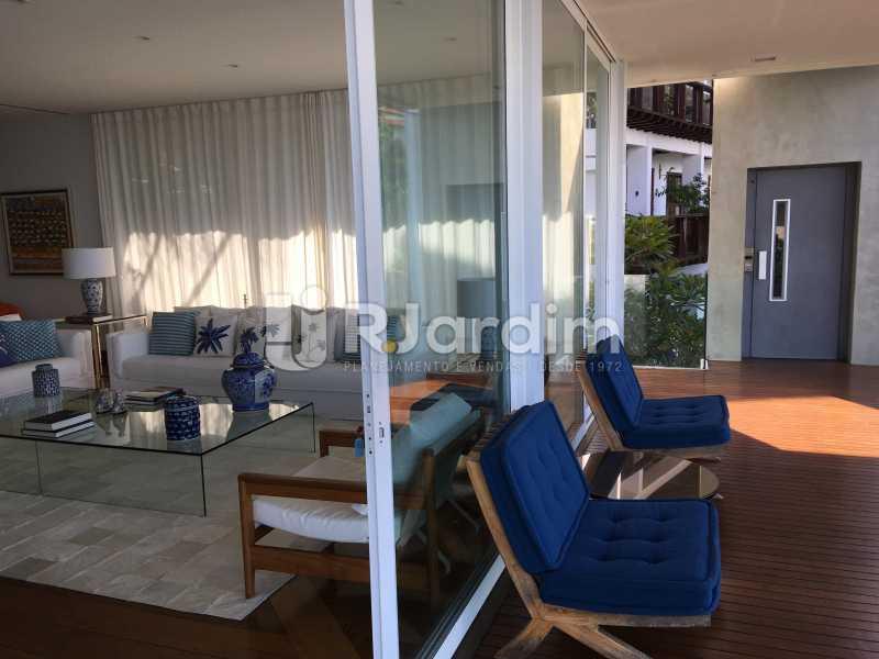 Sala e acesso elevador - Casa em Condomínio Joá 4 Quartos - LACN40018 - 15