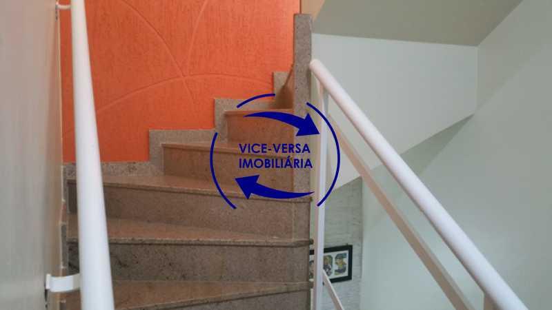 escadas - Casa triplex À venda em Vila Valqueire - sala, lavabo, 3 quartos, 1 suíte, copa-cozinha, piscina, 2 vagas de garagem. - 1352 - 13
