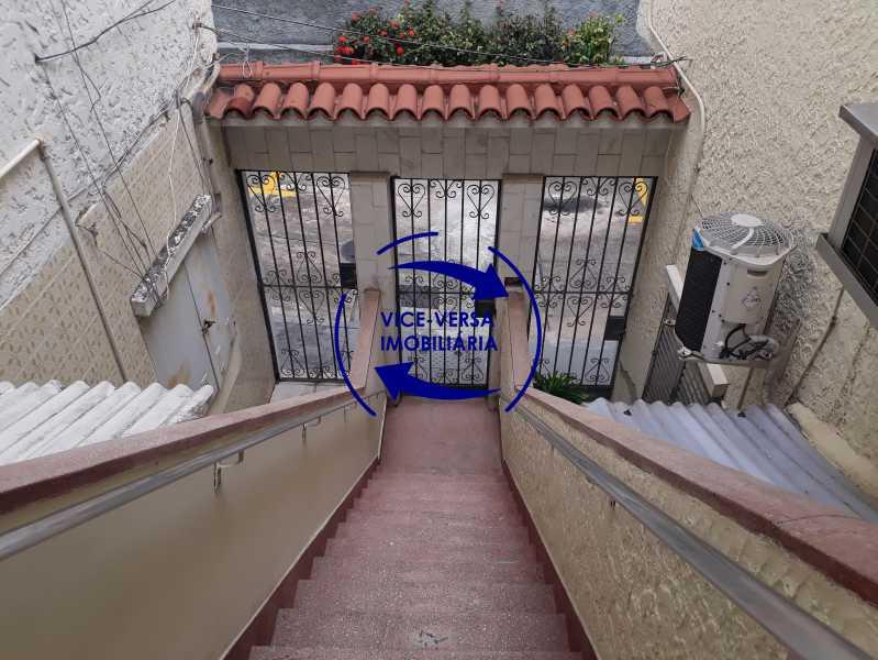 Entrada - Casa de vila bem reformada, junto À praça Afonso Pena. Composta de sala, 2 quartos, banheiro, copa-cozinha. 2º pavimento com terraço, lavanderia, dependências de empregada e 1 quarto de guardados. - 1378 - 4