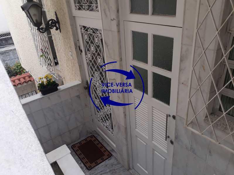 Hall entrada - Casa de vila bem reformada, junto À praça Afonso Pena. Composta de sala, 2 quartos, banheiro, copa-cozinha. 2º pavimento com terraço, lavanderia, dependências de empregada e 1 quarto de guardados. - 1378 - 6