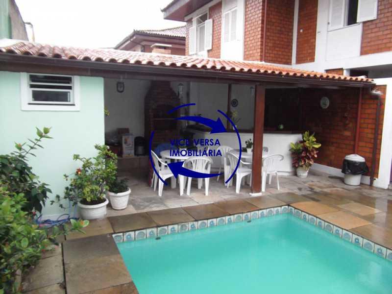 fundos-piscina-churrasqueira - Anil, Estrada Uruçanga, casa, condomínio fechado, 3 salas, varanda, 3 quartos (1 suíte), lavabo, piscina, churrasqueira! - 1106 - 10