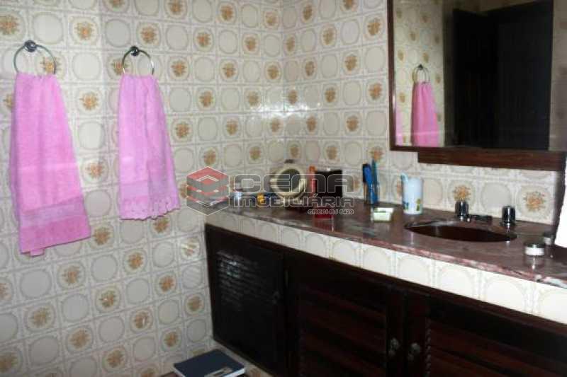 Banheiro suite - Casa estilo sitio junto a todo verde.Salões.4 Quartos.suite. varandas. Dependência.Terraço com piscina e vaga ampla - LACA40046 - 13