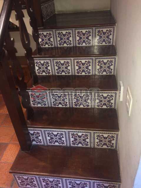 escada com revestimento portug - LINDA CASA DE VILA RUA IPIRANGA EM LARANJEIRAS RJ - LACV40025 - 22