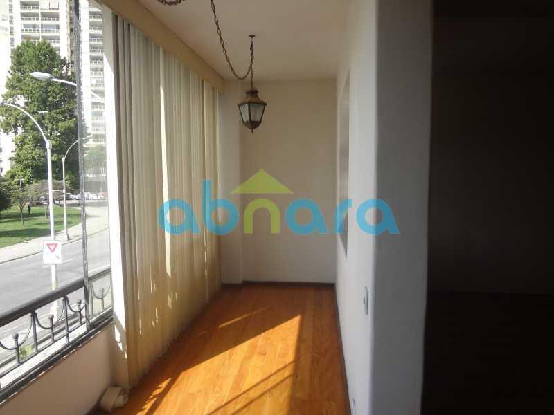 Varanda 2 - Praia do Flamengo, 4 quartos, sendo 1 suite, salão com varandão e sala de jantar ampla, lavabo, banheiro social, copa cozinha , área de serviço com 2 dependências. 259 m2 e VAGA NA ESCRITURA. - CPAP40322 - 25