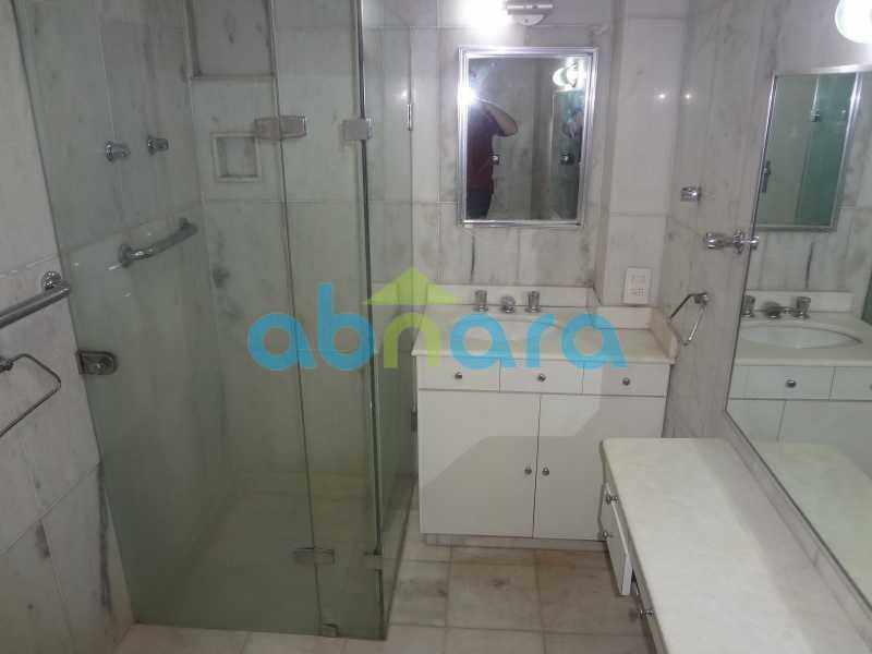 Banheiro Suite - Praia do Flamengo, 4 quartos, sendo 1 suite, salão com varandão e sala de jantar ampla, lavabo, banheiro social, copa cozinha , área de serviço com 2 dependências. 259 m2 e VAGA NA ESCRITURA. - CPAP40322 - 18