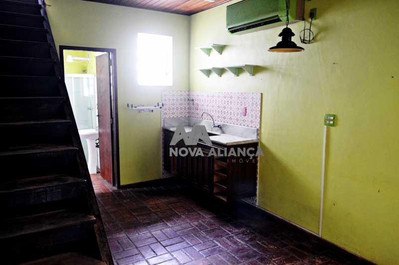 DSC_0023 - Grande oportunidade! Uma casa bem localizada no coração no coração de Laranjeiras. Casa duplex . Térreo: Funcionava um grande estúdio nos fundos tem um banheiro amplo. 1º Pavimento: Uma cozinha aberta, 3 dormitórios, 1 banheiro 1 banheiro social. 2° pavi - NFCA50024 - 10