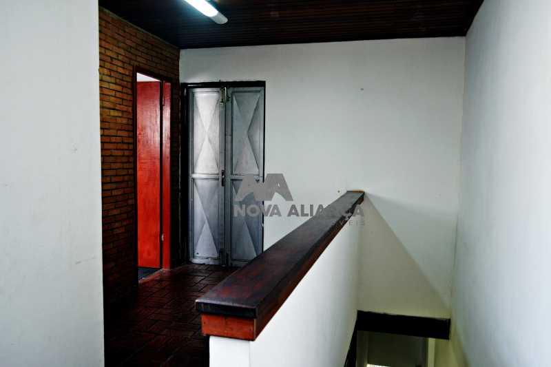 DSC_0028 - Grande oportunidade! Uma casa bem localizada no coração no coração de Laranjeiras. Casa duplex . Térreo: Funcionava um grande estúdio nos fundos tem um banheiro amplo. 1º Pavimento: Uma cozinha aberta, 3 dormitórios, 1 banheiro 1 banheiro social. 2° pavi - NFCA50024 - 12