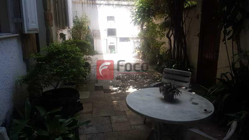 ÁREA EXTERNA FRENTE - Casa 4 quartos à venda Laranjeiras, Rio de Janeiro - R$ 1.900.000 - JBCA40066 - 30