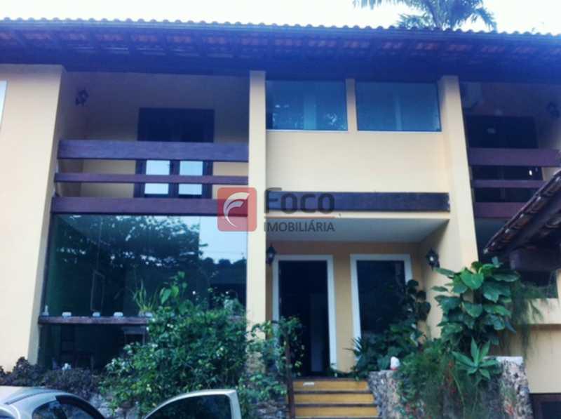 FACHADA - Ampla Casa no Meio do Verde - 482 m2 no Iptu - 04 Salas, 05 dormitórios (3 suítes) - Piscina, Sauna e Lindo Jardim - JBCA50011 - 5