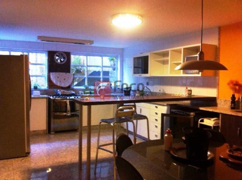SALA - Ampla Casa no Meio do Verde - 482 m2 no Iptu - 04 Salas, 05 dormitórios (3 suítes) - Piscina, Sauna e Lindo Jardim - JBCA50011 - 7