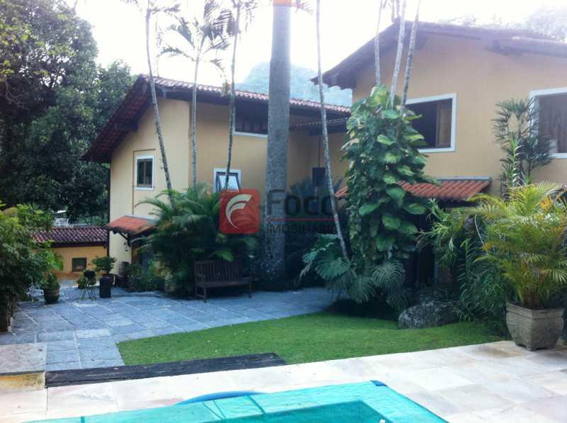 PISCINA - Ampla Casa no Meio do Verde - 482 m2 no Iptu - 04 Salas, 05 dormitórios (3 suítes) - Piscina, Sauna e Lindo Jardim - JBCA50011 - 1