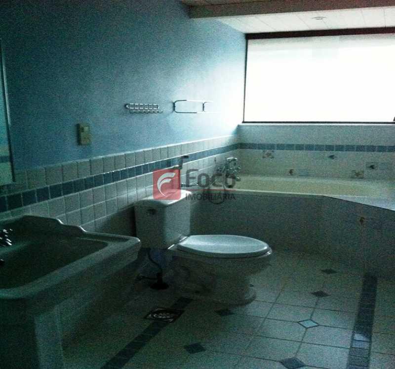 BANHEIRO - Ampla Casa no Meio do Verde - 482 m2 no Iptu - 04 Salas, 05 dormitórios (3 suítes) - Piscina, Sauna e Lindo Jardim - JBCA50011 - 12