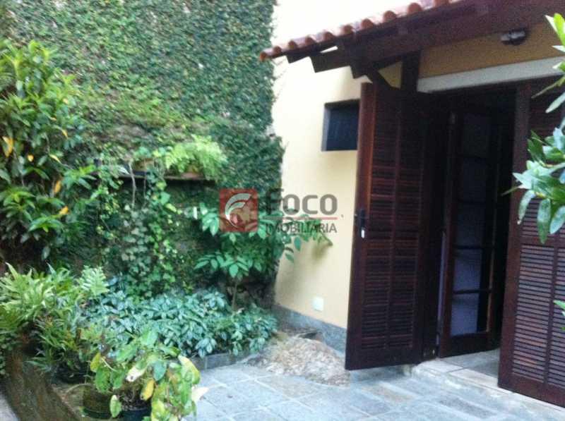 ENTRADA - Ampla Casa no Meio do Verde - 482 m2 no Iptu - 04 Salas, 05 dormitórios (3 suítes) - Piscina, Sauna e Lindo Jardim - JBCA50011 - 14