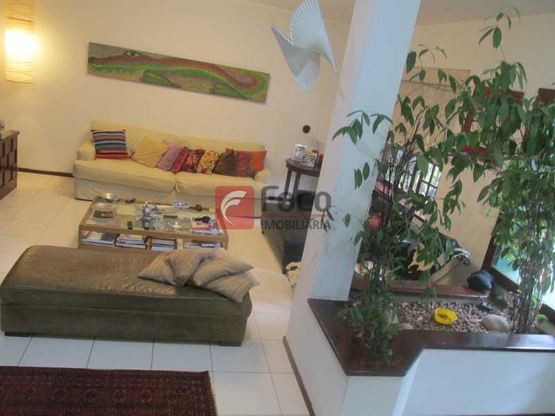 sala - Localização Nobre - Linda Casa cercada de todo verde, piscina, churrasqueira - 05 Vagas - JBCA40020 - 4