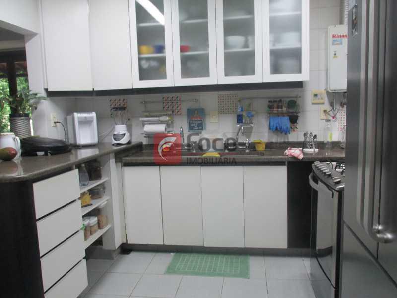 cozinha - Localização Nobre - Linda Casa cercada de todo verde, piscina, churrasqueira - 05 Vagas - JBCA40020 - 7