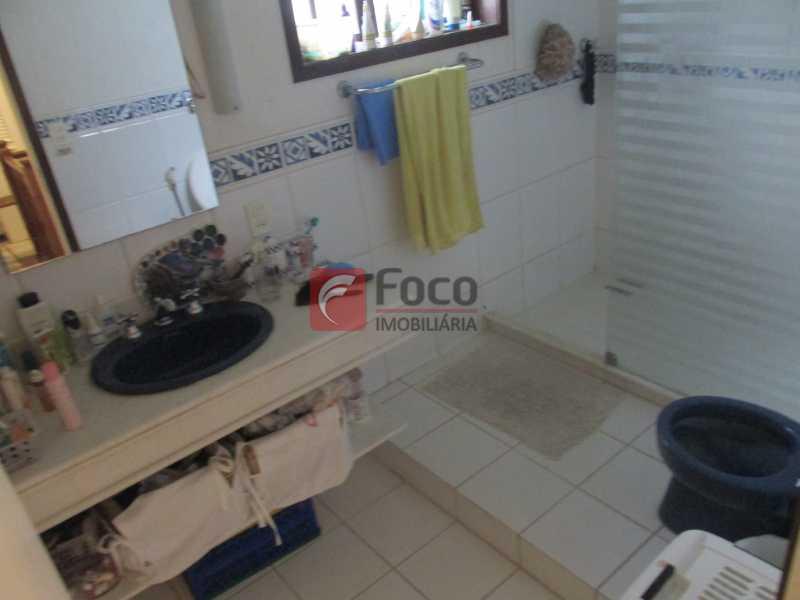 banheiro suite - Localização Nobre - Linda Casa cercada de todo verde, piscina, churrasqueira - 05 Vagas - JBCA40020 - 8