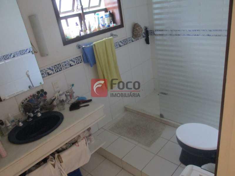 banheiro suite - Localização Nobre - Linda Casa cercada de todo verde, piscina, churrasqueira - 05 Vagas - JBCA40020 - 9