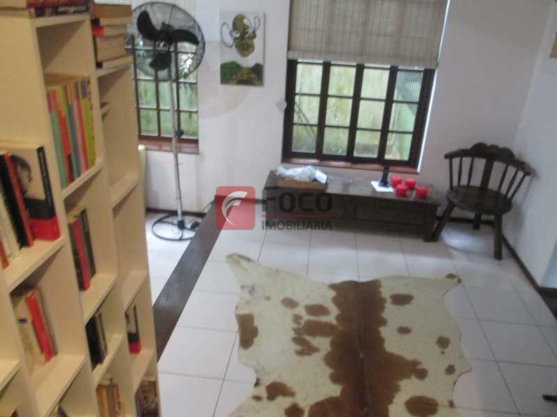 sala - Localização Nobre - Linda Casa cercada de todo verde, piscina, churrasqueira - 05 Vagas - JBCA40020 - 17