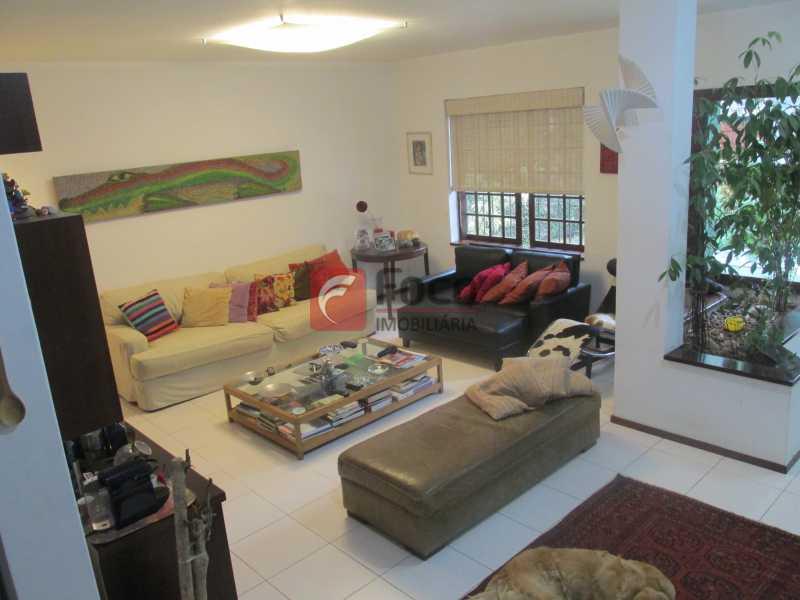 sala - Localização Nobre - Linda Casa cercada de todo verde, piscina, churrasqueira - 05 Vagas - JBCA40020 - 18