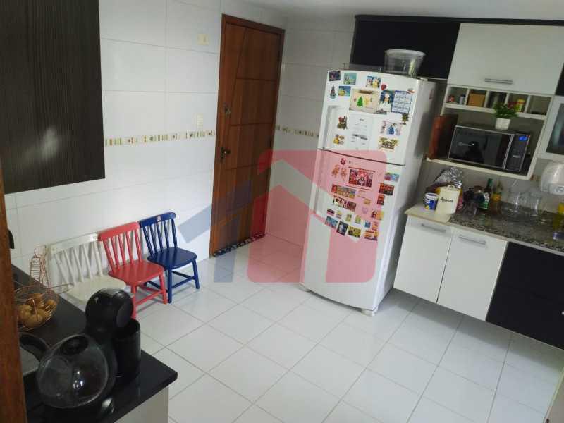 Cozinha... - Sintuoso apartamento junto ao polo gastronômico de Vista Alegre, um maravilhoso imóvel composto por varandão em toda a extensão do imóvel , sala ampla de estar e jantar, , três quartos sendo uma súite, banheiro sociall com armário e blindex, copa-cozinha - VPAP30433 - 22