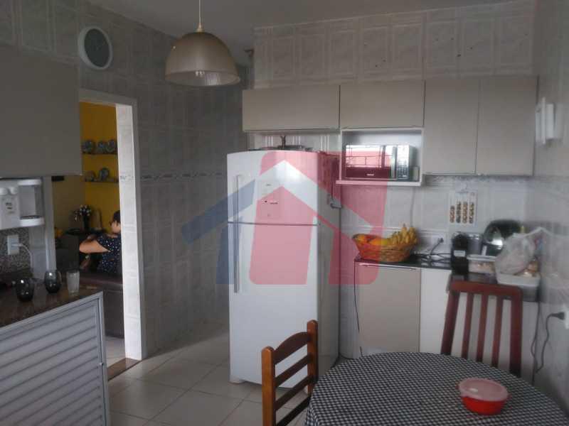 cozinha 5 - Casa toda moderna e acochegante, compposta por dois quartos, cozinha ampla, banheiro social com blindex, área de serviço com banheiro, sala ampla, varanda com boa localização - VPAP21709 - 13