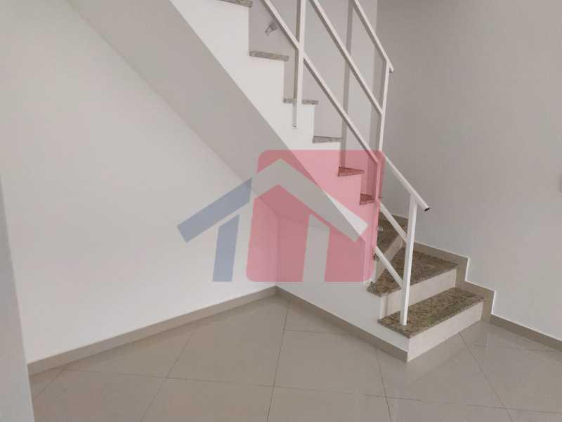 Sala e escadas para segundoar - Exelente casa duplex vaziatipo primeira locaçãoem condominio fechado com sala, lavabo, cozinha e área de serviço, dois quartos e banheiro social completo com dois quartos e tambem com moveia planejado, esta acordado a possibilidade de fazer terraço, um - VPCA20330 - 5