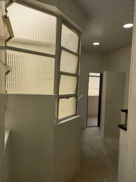 26 - Maravilhoso apartamento com planta generosa, ampla e bem arejado, recém reformado composto de ampla salas com dois bons dormitorios, sendo um com acesso a varanda cozinha e banheiro social coma cabamento em granito preto e porcelana to em todo o imóvel, - VPAP21721 - 27