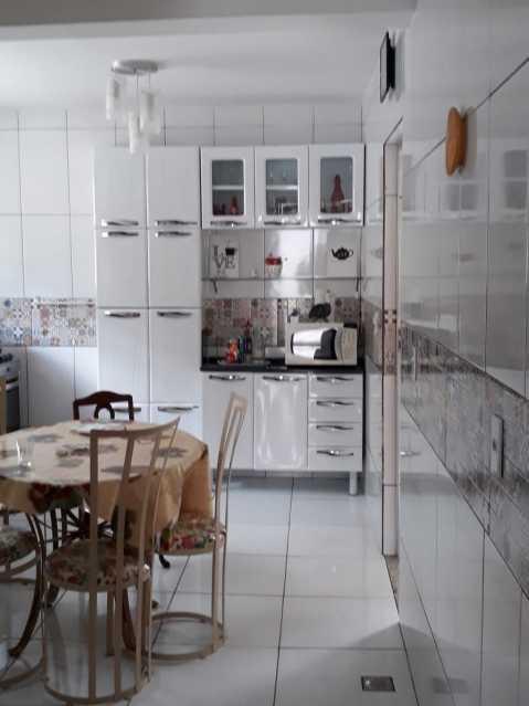 Cozinha - Exelente casa individual pronta para entrar e morar, composta por sala ampla, dois exelentes quartos, banheiro social completo, uma cozinha ampla, área de serviço, uma vaga na garagem, terraço coberto com cozinha americana e um banheiro - VPCA20333 - 12