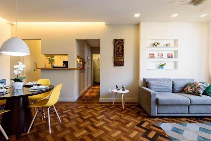 01- sala - Espetacular apartamento super arejado recém reformado, mobilhado, proximoa um farto comércio, metro e condução, composto de sala ampla em dois ambientes, dois quartos, banheiro social cozinha americana. imperdivel , imovel todo em taco, janelas enti ruid - VPAP21734 - 1