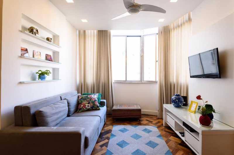 02- sala - Espetacular apartamento super arejado recém reformado, mobilhado, proximoa um farto comércio, metro e condução, composto de sala ampla em dois ambientes, dois quartos, banheiro social cozinha americana. imperdivel , imovel todo em taco, janelas enti ruid - VPAP21734 - 3