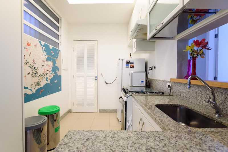 06- cozinha - Espetacular apartamento super arejado recém reformado, mobilhado, proximoa um farto comércio, metro e condução, composto de sala ampla em dois ambientes, dois quartos, banheiro social cozinha americana. imperdivel , imovel todo em taco, janelas enti ruid - VPAP21734 - 10