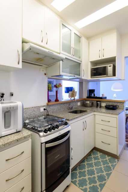 08- cozinha - Espetacular apartamento super arejado recém reformado, mobilhado, proximoa um farto comércio, metro e condução, composto de sala ampla em dois ambientes, dois quartos, banheiro social cozinha americana. imperdivel , imovel todo em taco, janelas enti ruid - VPAP21734 - 11