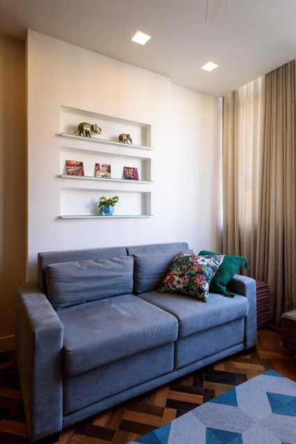 10- sala - Espetacular apartamento super arejado recém reformado, mobilhado, proximoa um farto comércio, metro e condução, composto de sala ampla em dois ambientes, dois quartos, banheiro social cozinha americana. imperdivel , imovel todo em taco, janelas enti ruid - VPAP21734 - 7