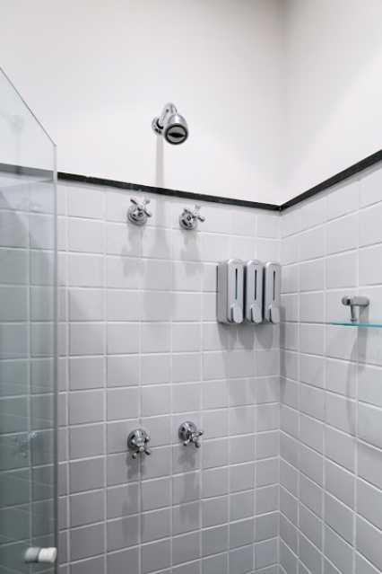13- bh social - Espetacular apartamento super arejado recém reformado, mobilhado, proximoa um farto comércio, metro e condução, composto de sala ampla em dois ambientes, dois quartos, banheiro social cozinha americana. imperdivel , imovel todo em taco, janelas enti ruid - VPAP21734 - 16