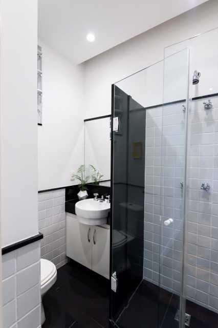 14 bh social - Espetacular apartamento super arejado recém reformado, mobilhado, proximoa um farto comércio, metro e condução, composto de sala ampla em dois ambientes, dois quartos, banheiro social cozinha americana. imperdivel , imovel todo em taco, janelas enti ruid - VPAP21734 - 17