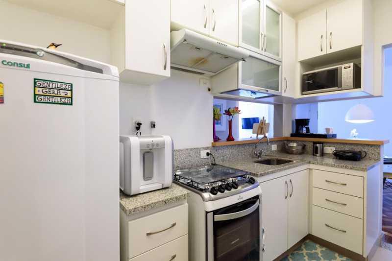 20- cozinha - Espetacular apartamento super arejado recém reformado, mobilhado, proximoa um farto comércio, metro e condução, composto de sala ampla em dois ambientes, dois quartos, banheiro social cozinha americana. imperdivel , imovel todo em taco, janelas enti ruid - VPAP21734 - 12