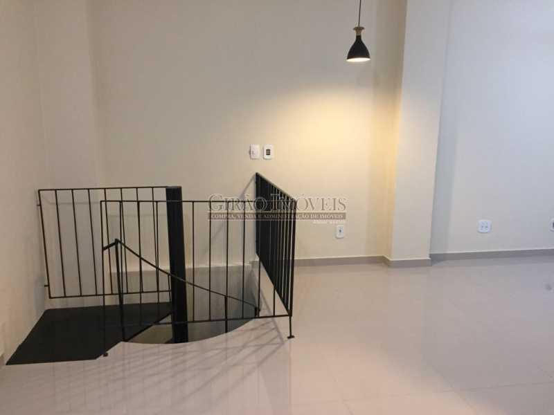 1 - Apartamento duplex, 63m², todo reformado, composto de sala, 01 suíte, 02 banheiros sociais, cozinha, área de serviço, dependências completas, fundos, silencioso, sol da manhã, prédio com elevador - GIAP10403 - 1