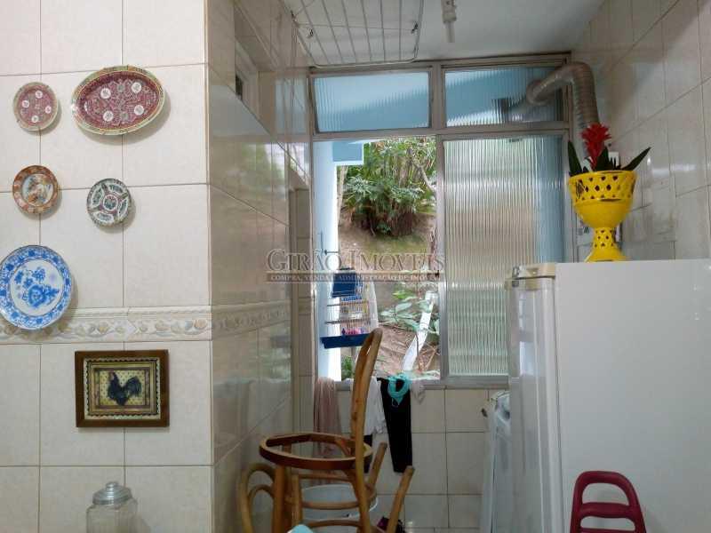 11 - Ótima colado na praia, próximo ao metrô Arcoverde, prédio de arquitetura privilegiada. Apartamento espaçoso, armários em todos os 03 quartos, cozinha repleta de armários, 02 banheiros sociais, podendo fazer suíte e closet. Um dos quartos é enorme, poden - GIAP30851 - 12