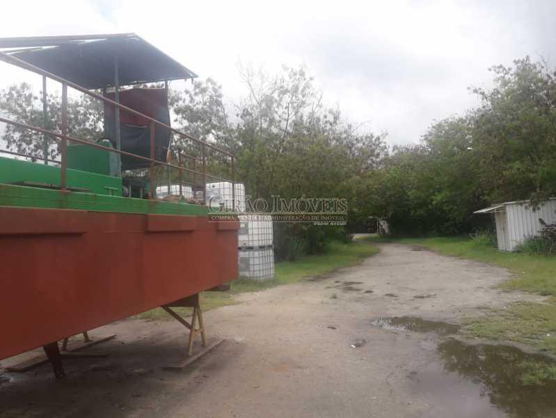 Foto 6 - Mini Estaleiro de 5.000 m2 podendo dobrar a área, 3 galpões grandes, escritório, cozinha, alojamento, varios banheiros e estacinamento para caminhões. Acesso por terra e por mar, fundos para a baia da Guanabara. - GIOU00002 - 7