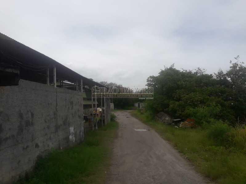 Foto 10 - Mini Estaleiro de 5.000 m2 podendo dobrar a área, 3 galpões grandes, escritório, cozinha, alojamento, varios banheiros e estacinamento para caminhões. Acesso por terra e por mar, fundos para a baia da Guanabara. - GIOU00002 - 11